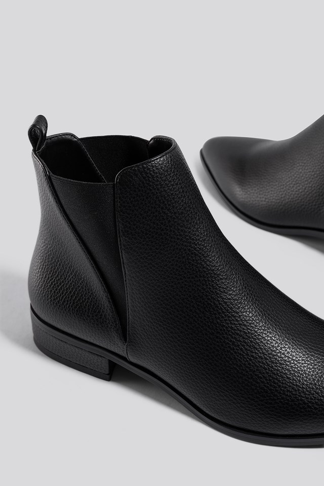 Low Pointy Chelsea Boots Black
