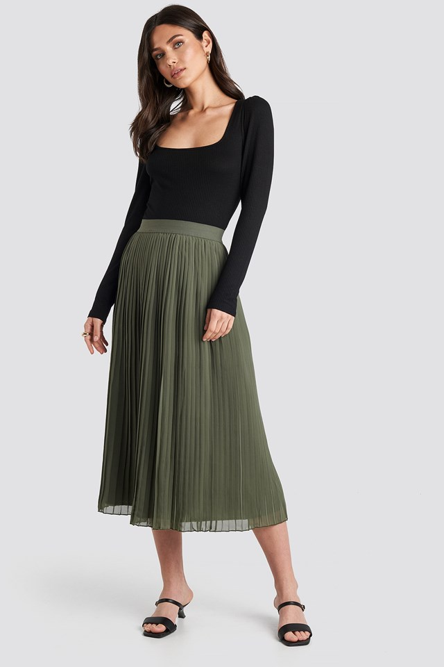 Pleated Long Skirt Green Outfit.