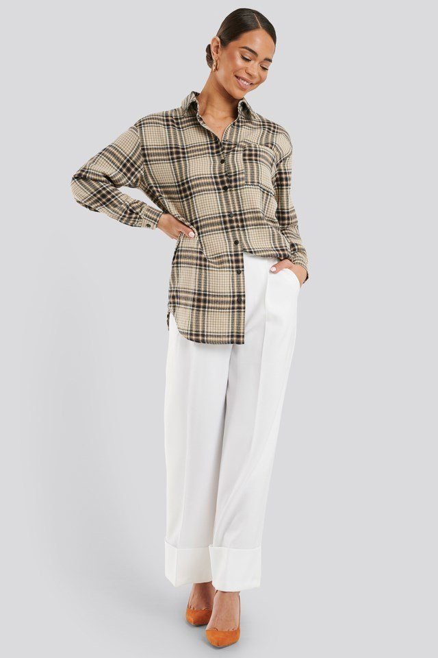Style this shirt with white trousers, gold-colored hoops and colored heels.