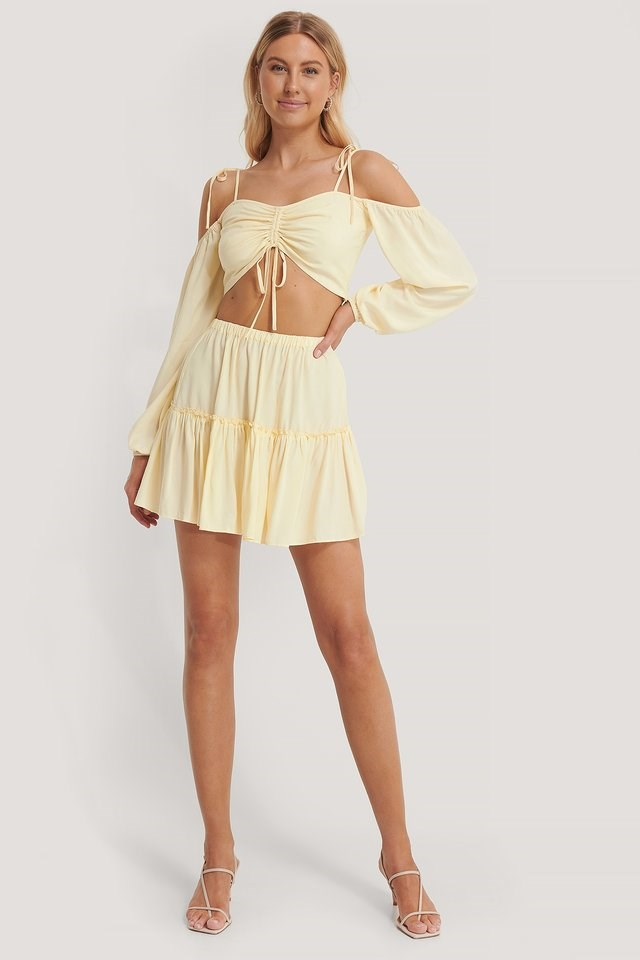 Style this nice top with a cute skirt, a pair of heeled sandals, and silver-colored earrings for a flirty and summery look!