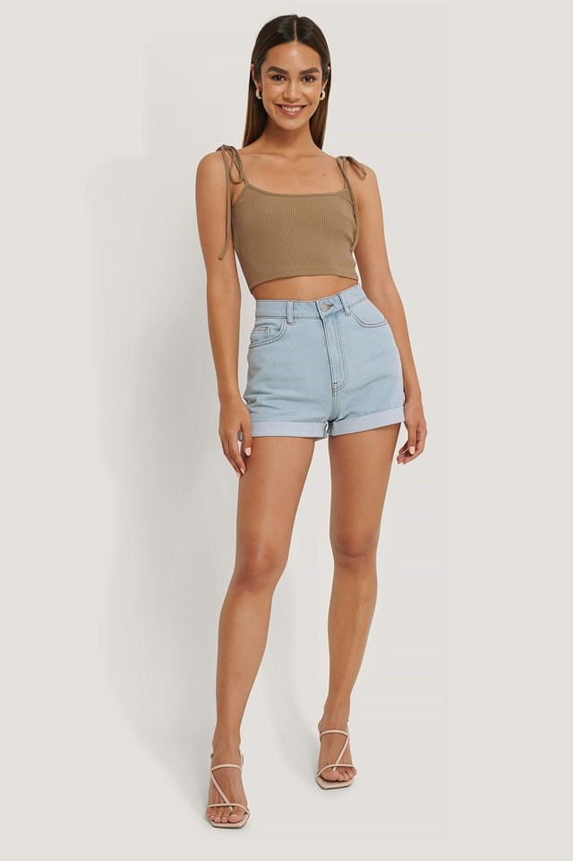 The ultimate summer staple! Style these cute shorts with a simple top, a pair of heels, and gold-colored earrings.
