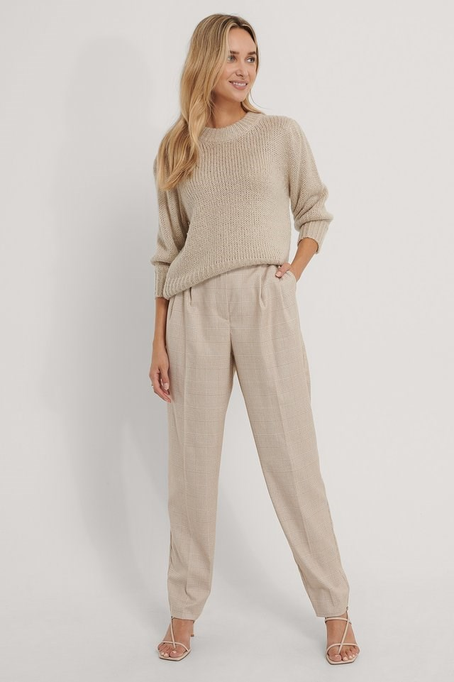 Style these trendy suit pants, with gold-colored hoops and rings, a knitted sweater and a pair of strappy sandals. For an elegant and trendy look.