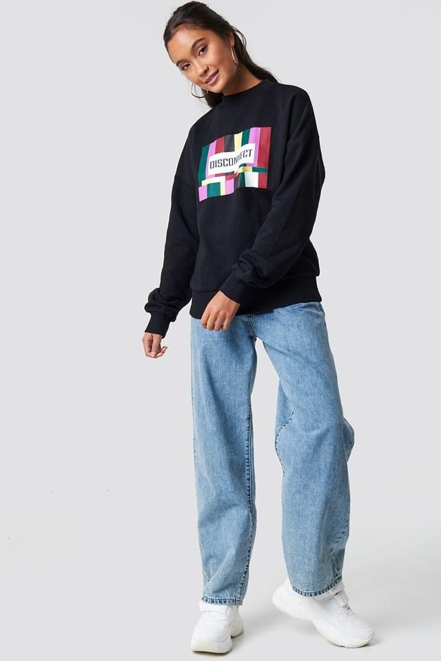 Black sweatshirt outfit.