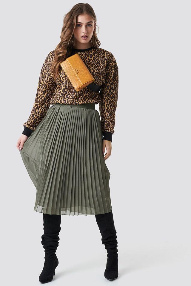 Leopard sweatshirt outfit.