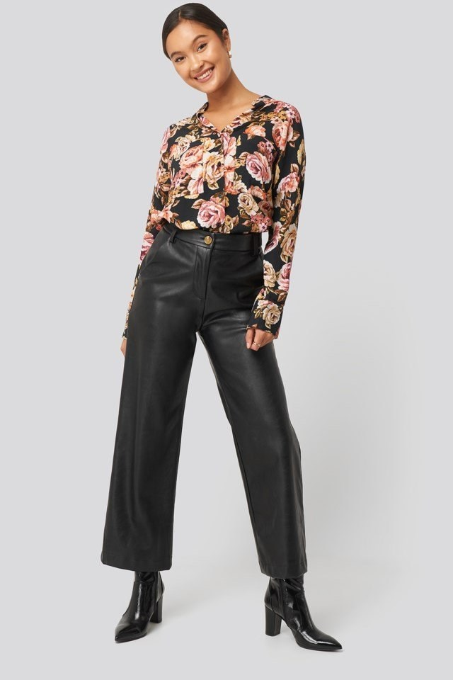 Style this shirt with PU pants, black high-heeled ankle boots and gold-colored jewelry.